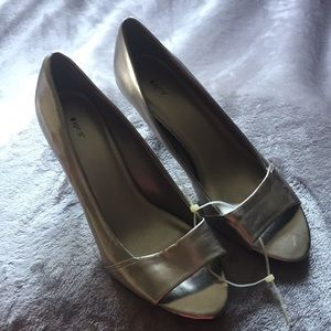 NEW!   Silver Open Toe Pump Shoes